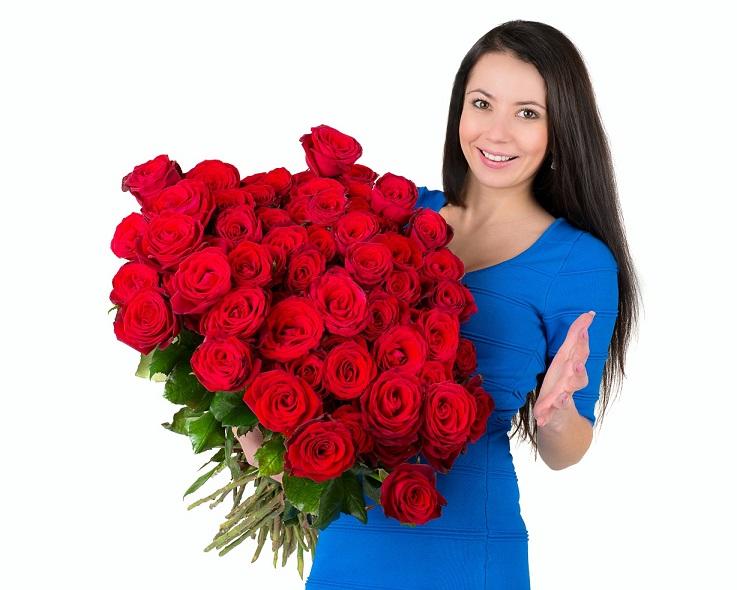 Букет цветов девушка держит